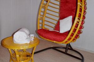 Подвесное кресло Борнео, ротанг - орех, подушка - красная